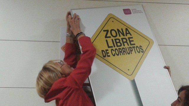 Rosa Díez, colocando el cartel retirado por Posada