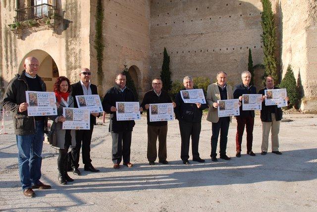 Los representantes de las entidades e instituciones con el décimo