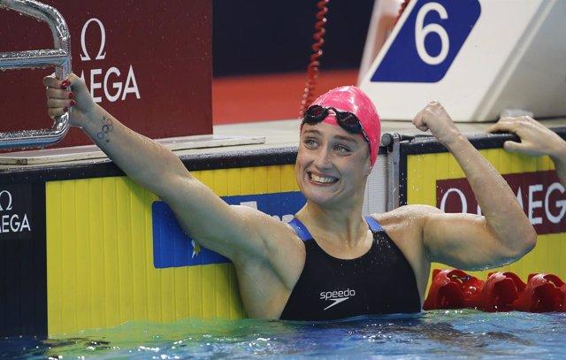 Mireia Belmonte celebra su medalla de oro en el Mundial