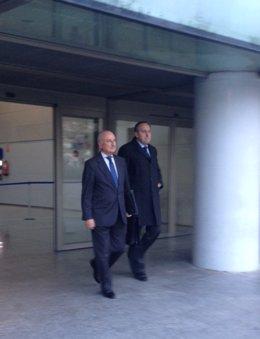 Aznar (izq) junto a su abogado (dcha) a la salida del juzgado
