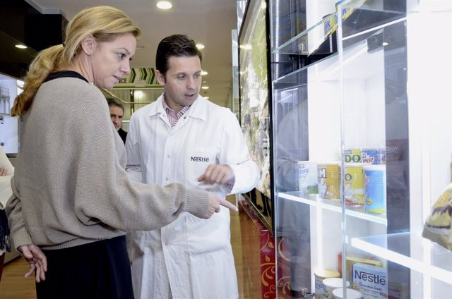 La consejera de Economía y Empleo visita la fábrica de Nestlé en La Penilla