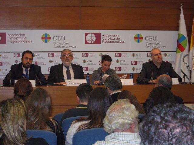 Rosa Vidal en una ponencia en el CEU