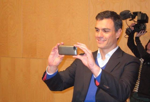Pedro Sánchez hace una foto al público en la Hospedería Fonseca de Salamanca