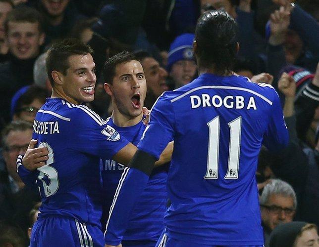 Hazard celebra con Azpilicueta y Drogba un gol con el Chelsea