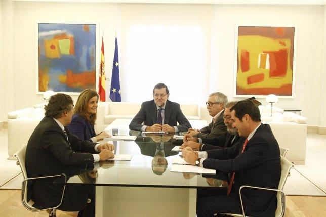 Rajoy y Fátima Báñez con los agentes sociales en Moncloa