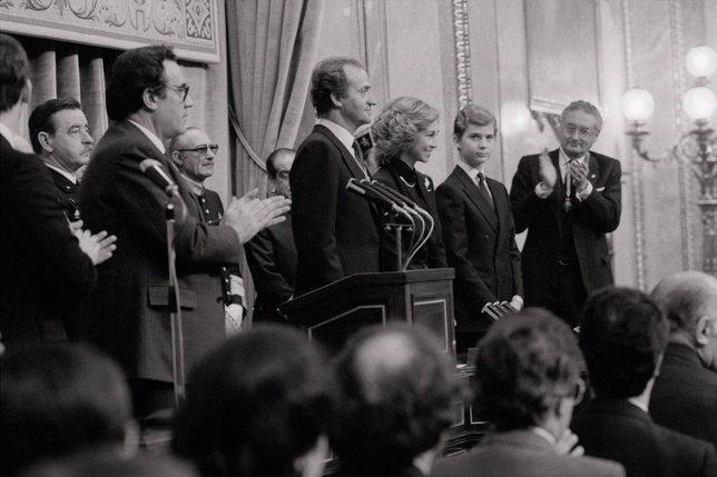 La Familia Real española y diputados de las Cortes, en el I aniversario de la CE