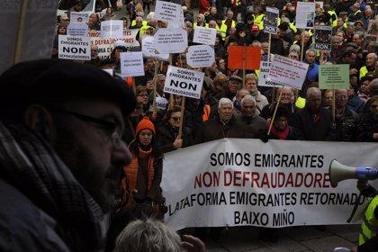 Dieciocho plataformas de emigrantes retornados gallegos recorren las calles de Ourense y acuden al pleno municipal