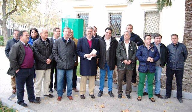 Fernández de Moya (centro), con resposables del PP tras leer el manifiesto.
