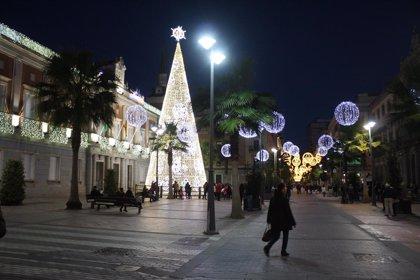 Más de una treintena de calles lucen ya el alumbrado navideño en la ciudad de Huelva