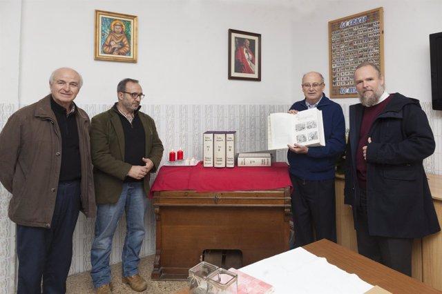 El párroco Miguel Ángel Vives sostiene la Biblia