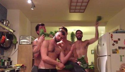 Un grupo de chicos sin camiseta parodia el nuevo videoclip de Beyoncé