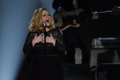 Adele, sigue retrasando su álbum por su adicción al tabaco