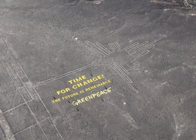 Pancarta contra el cambio climático de Greenpeace en Nazca, Perú