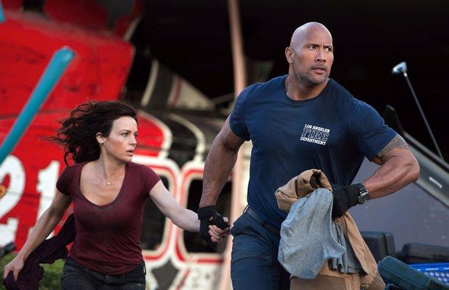 Dwayne Johnson y Carla Gugino en San Andreas