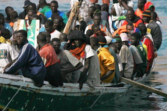 Una barcaza llena de inmigrantes