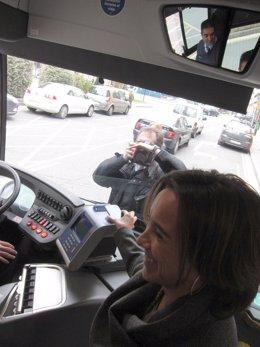 Gamarra hace una prueba de pago del bus urbano con su móvil