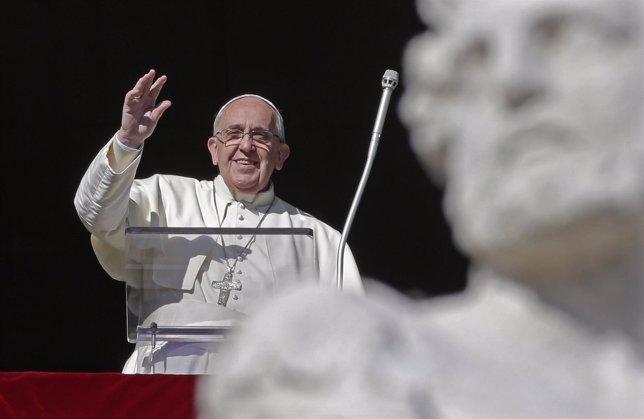 El Papa Francisco saluda en una audiencia