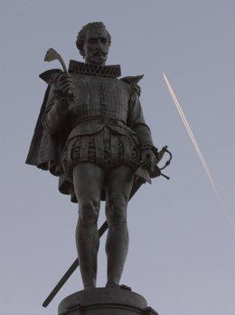 Estatua del escritor Miguel de Cervantes.