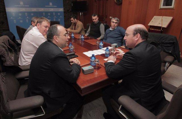 Navas (dcha.) en la reunión con la delegación turca