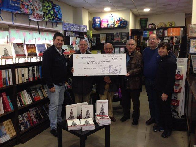 Librerías de Almendralejo entregan cheque a Cáritas