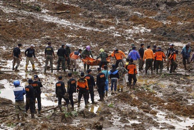 Trabajadores de rescate trasladan un cadáver tras un deslave en Indonesia
