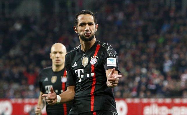 Medhi Benatia celebra un gol con el Bayern