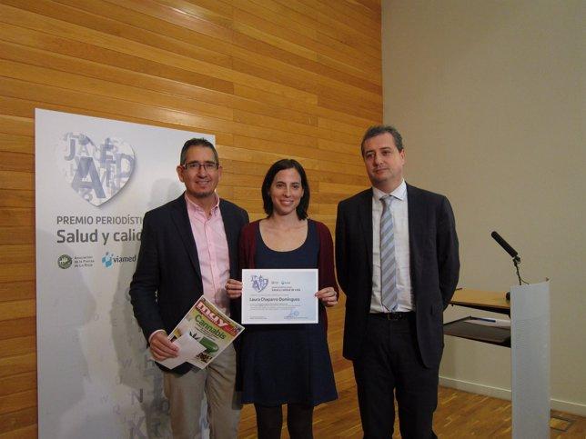 La premiada, entre los responsables de la Asociación de la Prensa y Viamed