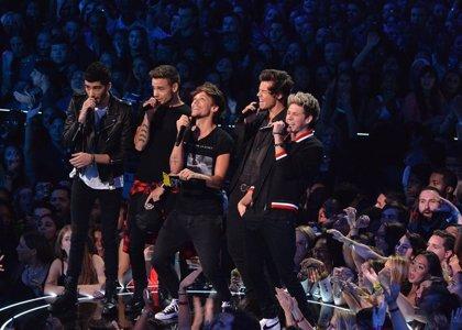 Vídeo: Ron Wood de los Rolling Stones toca con One Direction