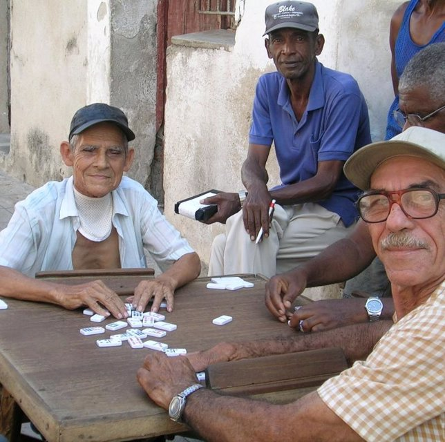 Cubanos jugando al Dominó
