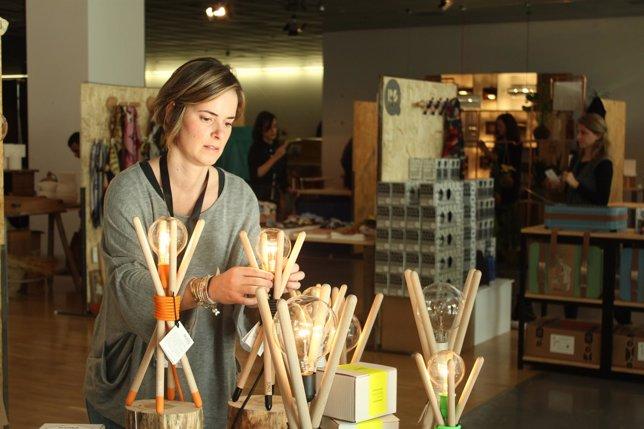 Una diseñadora en su stand del 'DesignMarket' en el Disseny Hub Barcelona.