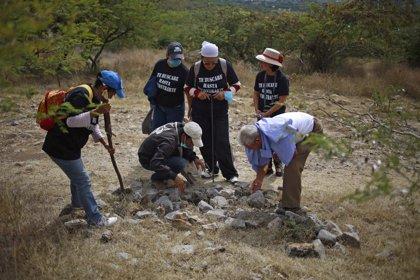Informan del hallazgo de dos cuerpos y quince fosas en Iguala