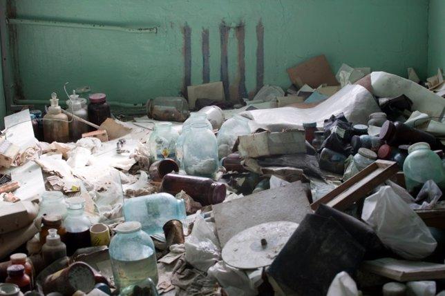 Diogenes, basura en el suelo de una casa