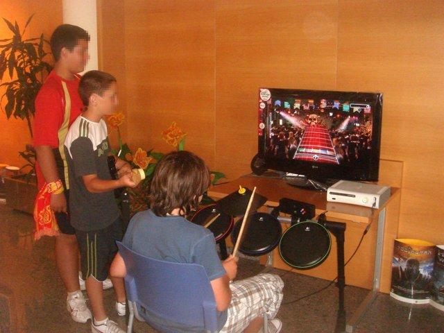 Niños jugando con una videoconsola