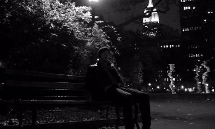 Vídeo: Nick Jonas canta I'll be home for Christmas en un parque de Nueva York