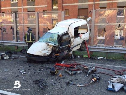 Tres personas heridas en un accidente de tráfico frontal en Mieres (Asturias)