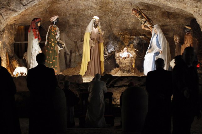 El Papa Benedicto XVI reza frente al portal de Belén en el Vaticano