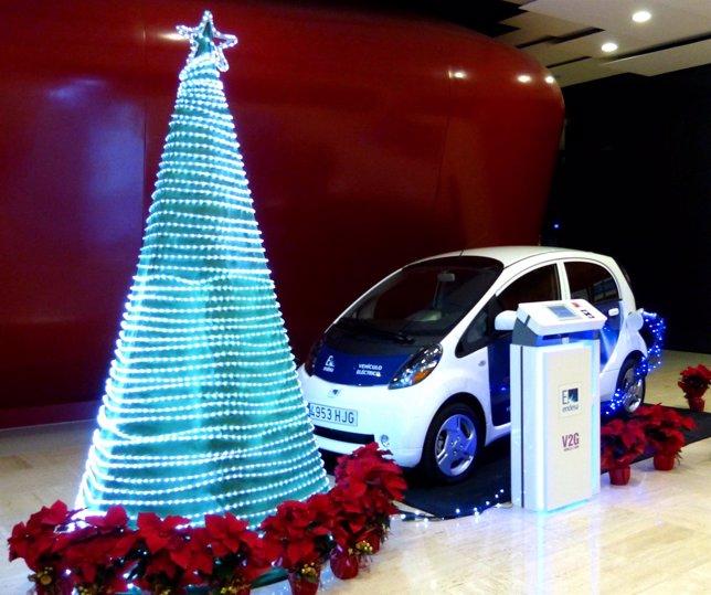Coche eléctrico que ilumina el árbol de Navidad de Endesa