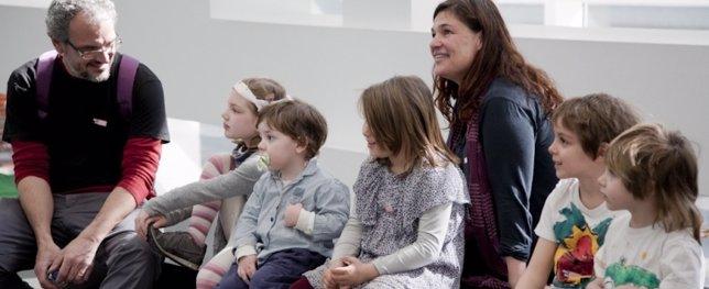 Un grupo de padres y niños durante una actividad familiar en el Macba
