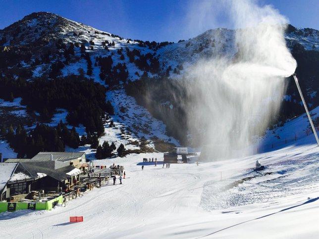 Los cañones fabricando nieve en la estación de Aramón Cerler