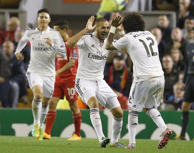 Benzema y Marcelo se abrazan tras ganar en Liverpool