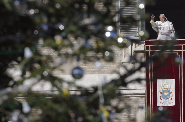 El Papa Francisco con el árbol de Navidad en el Vaticano