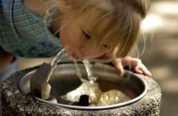 Agua, niña bebiendo