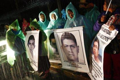 Las familias de los 'normalistas' de Iguala protestan junto al palacio presidencial