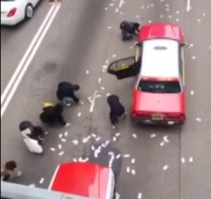 La Policía de Hong Kong realiza los primeros arrestos tras el lluvia de dinero de un furgón