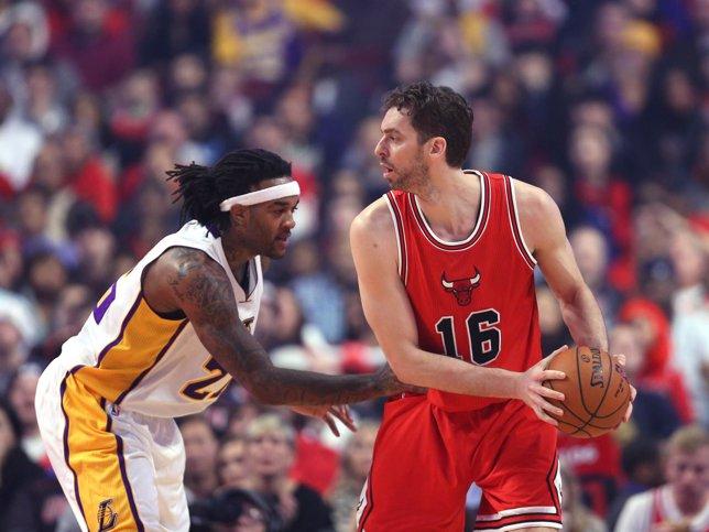 Pau Gasol ante Davis en el Bulls-Lakers