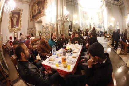 Una parroquia ofrece una cena de Navidad a 300 personas sin hogar
