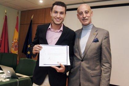 El CPFCM otorga al fisioterapeuta Luis López González el II premio al mejor trabajo de fin de grado