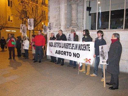CANTABRIA.-Una treintena de personas protestan contra el aborto en la plaza del Ayuntamiento de Santander