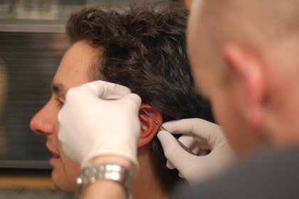 ¿Qué cuidados requiere un 'piercing' en la oreja?