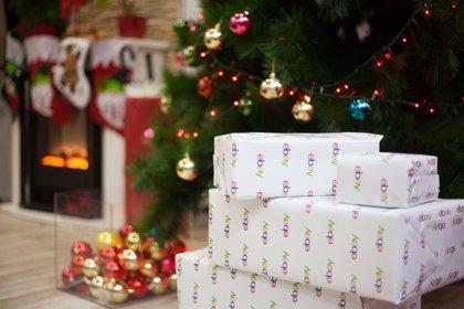 """Un niño """"pilla"""" in fraganti a Santa Claus entregándole los regalos con un sistema de cámaras"""